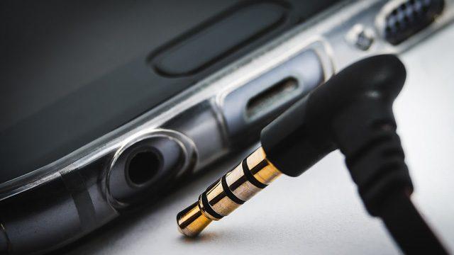 Headphone output of smartphone